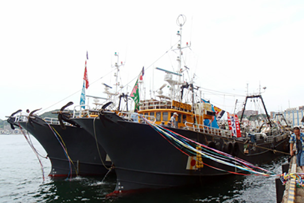 沖合底びき網漁船出港式の模様