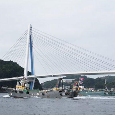 沖合底曳網漁船出漁式の模様